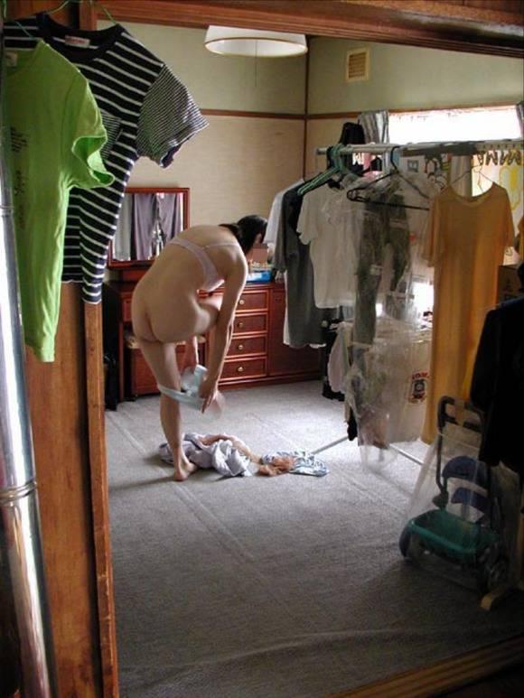 室内で気を許した素人娘がだらしない感じになっちゃてるエロ画像 178