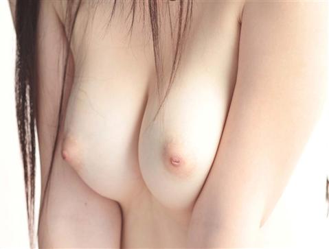 色白美肌の巨乳おっぱいを持つ素人娘のエロ画像 191