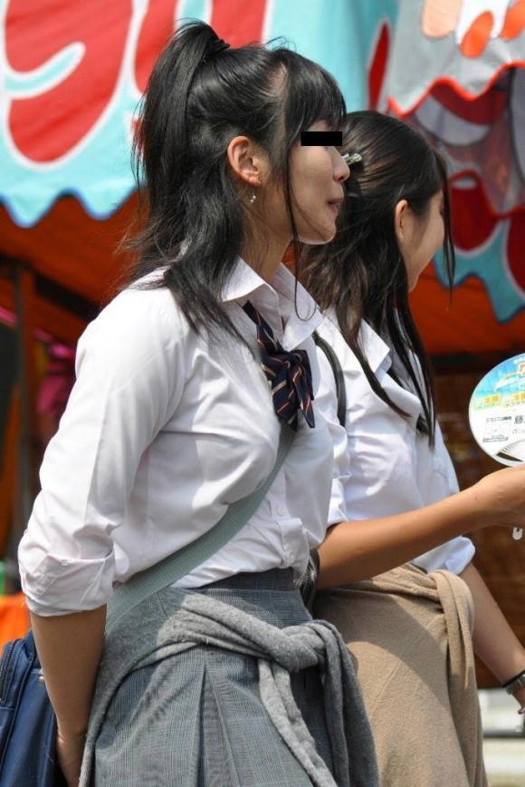 女子校生の制服がもっこりしてる街撮り着衣の巨乳おっぱいエロ画像 194