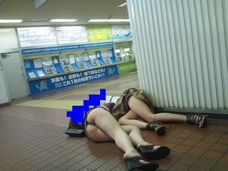 泥酔して道端に倒れこんでやらかしてる素人娘のエロ画像 1982