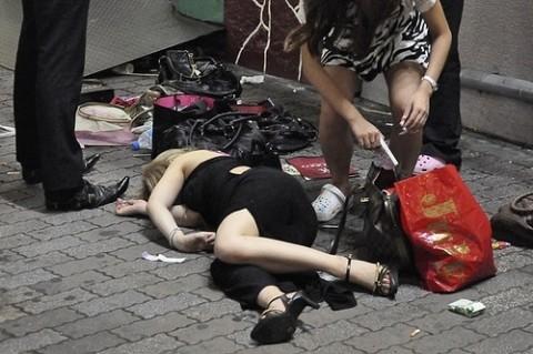 泥酔して道端に倒れこんでやらかしてる素人娘のエロ画像 2081