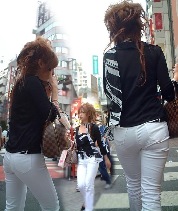 街撮りされたお姉さんのパンティーラインが透けてるお尻の素人エロ画像 2147