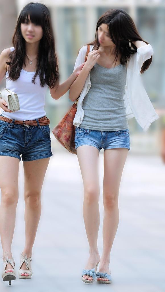 生足の素人女性が多い韓国の街撮りエロ画像 2163