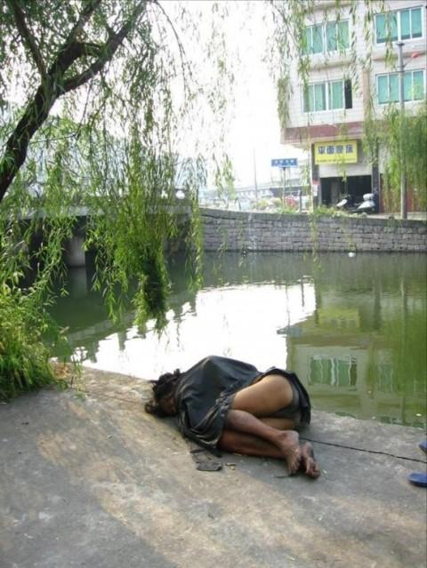 泥酔して道端に倒れこんでやらかしてる素人娘のエロ画像 2293