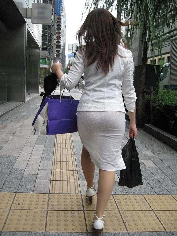街撮りされたお姉さんのパンティーラインが透けてるお尻の素人エロ画像 2334