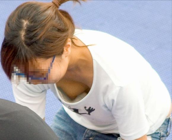 乳首が見えそうで見えない感じがそそる素人の街撮り胸チラエロ画像 2417