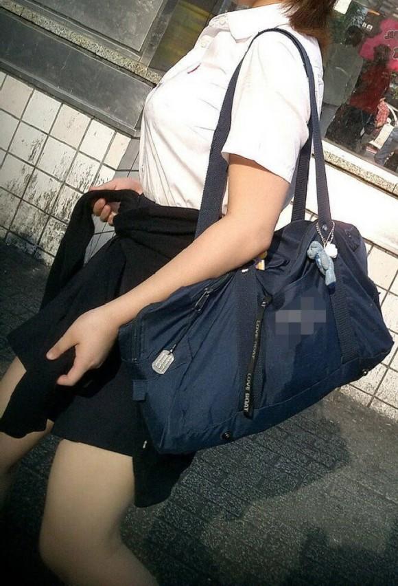 女子校生の制服がもっこりしてる街撮り着衣の巨乳おっぱいエロ画像 244