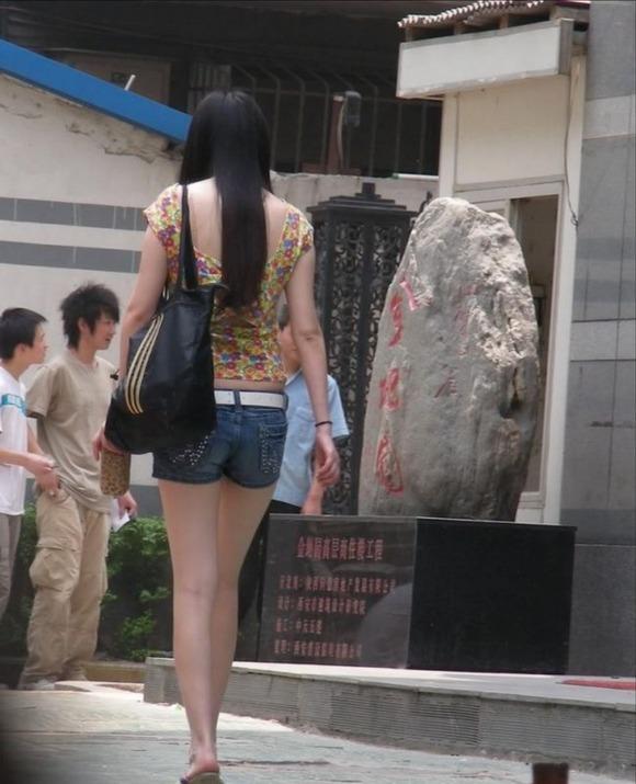 生足の素人女性が多い韓国の街撮りエロ画像 2442
