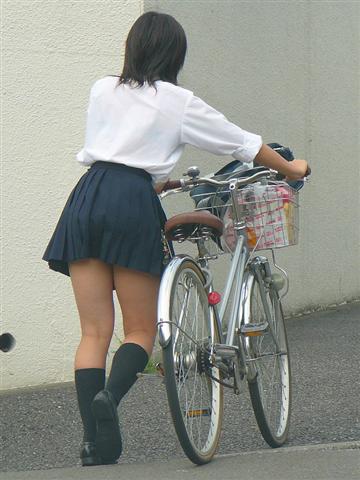 おっぱいに匹敵する魅力がある女子校生達の太ももエロ画像 252