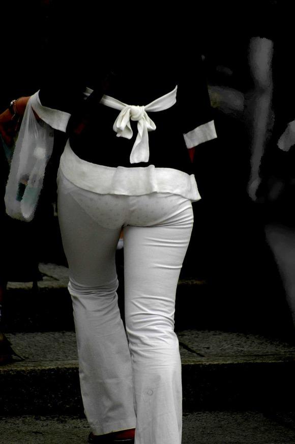 街撮りされたお姉さんのパンティーラインが透けてるお尻の素人エロ画像 2534