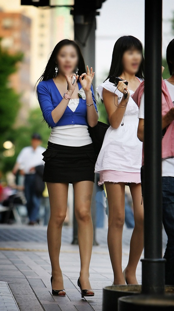 生足の素人女性が多い韓国の街撮りエロ画像 2542