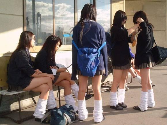 見てるだけで鼻息が荒くなってくる素人女子校生の太ももエロ画像 2546