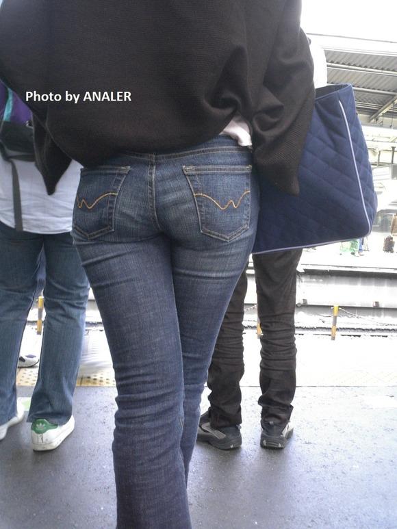 街撮りされた素人お姉さん達のムッチリお尻のエロ画像 2627
