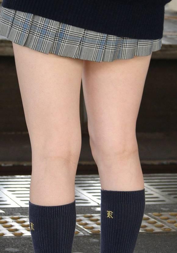 見てるだけで鼻息が荒くなってくる素人女子校生の太ももエロ画像 2645