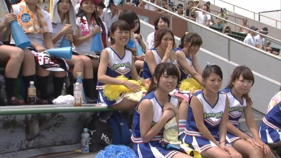 高校野球の応援席ではしゃぐ女子校生チアリーダーのエロ画像 2689