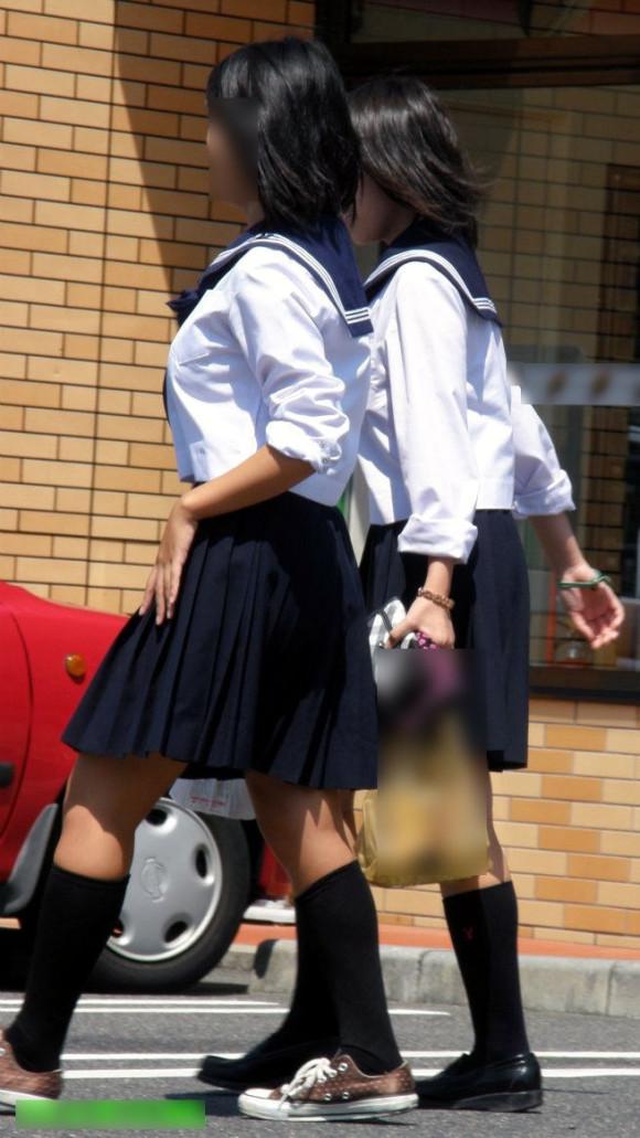 女子校生の制服がもっこりしてる街撮り着衣の巨乳おっぱいエロ画像 273