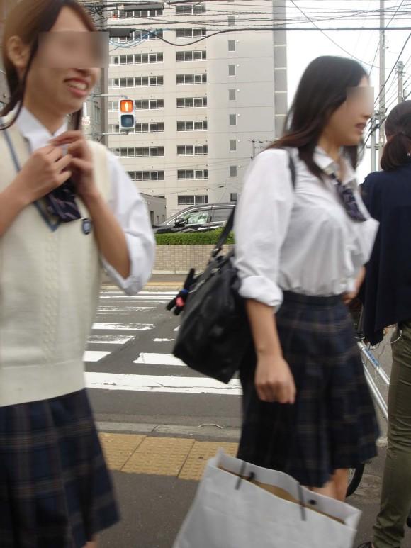 女子校生の制服がもっこりしてる街撮り着衣の巨乳おっぱいエロ画像 283
