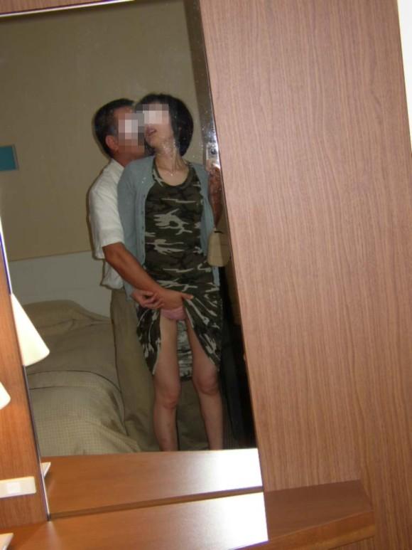 鏡越しにセフレや彼女や奥さんとのセックスをハメ撮りしてる素人エロ画像 288