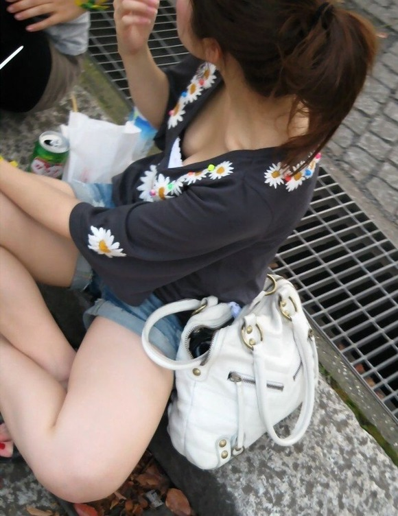 乳首が見えそうで見えない感じがそそる素人の街撮り胸チラエロ画像 2915