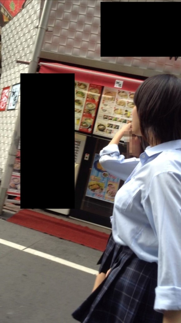 女子校生の制服がもっこりしてる街撮り着衣の巨乳おっぱいエロ画像 293