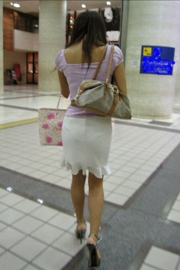 街撮りされたお姉さんのパンティーラインが透けてるお尻の素人エロ画像 2932