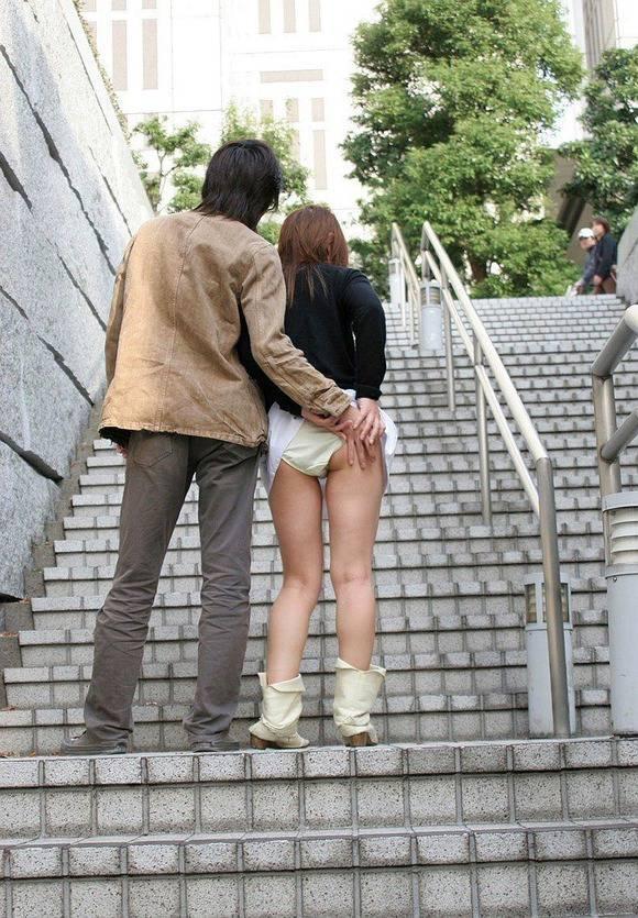 S級美少女のロリ女子がM字開脚でパンツ見せてる画像
