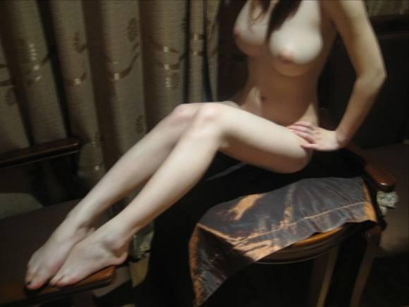 室内で気を許した素人娘がだらしない感じになっちゃてるエロ画像 297