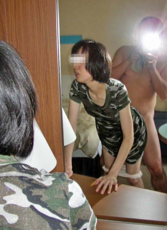 鏡越しにセフレや彼女や奥さんとのセックスをハメ撮りしてる素人エロ画像 298
