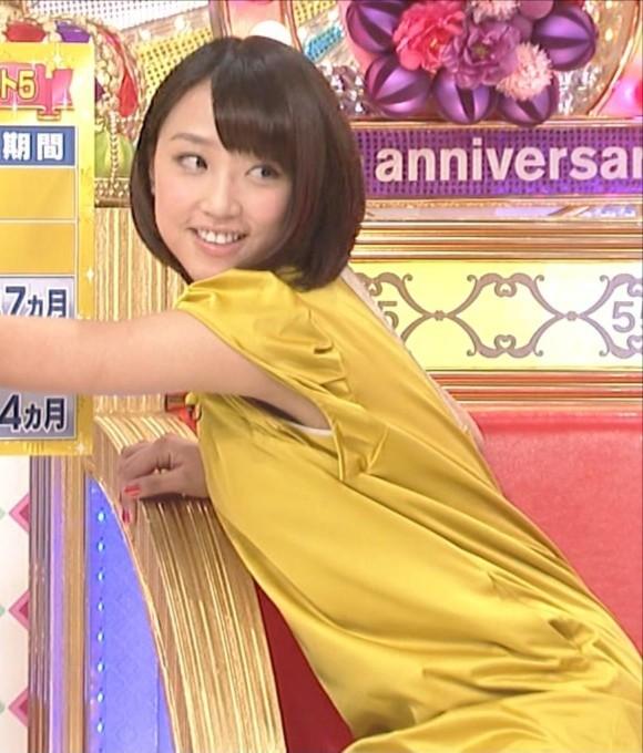 女子アナ竹内由恵がワキチラしてるキャプエロ画像 3058