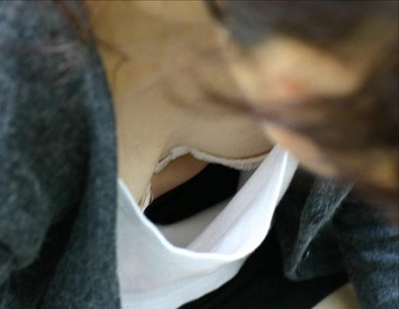 乳房の膨らみから乳首の色や形を想像したくなる素人の胸チラエロ画像 3065