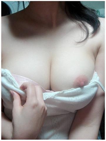 色白美肌の巨乳おっぱいを持つ素人娘のエロ画像 31