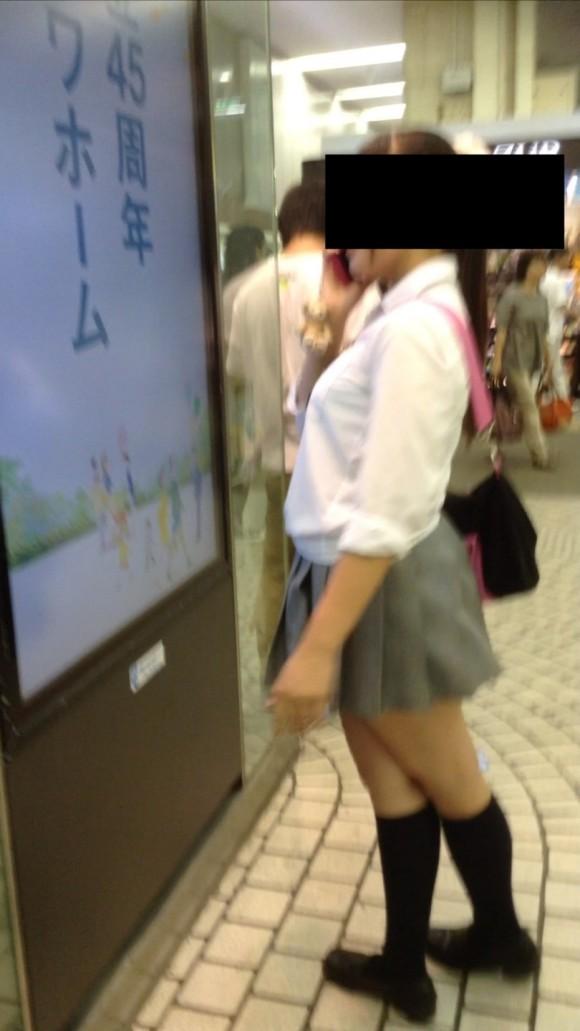 女子校生の制服がもっこりしてる街撮り着衣の巨乳おっぱいエロ画像 315