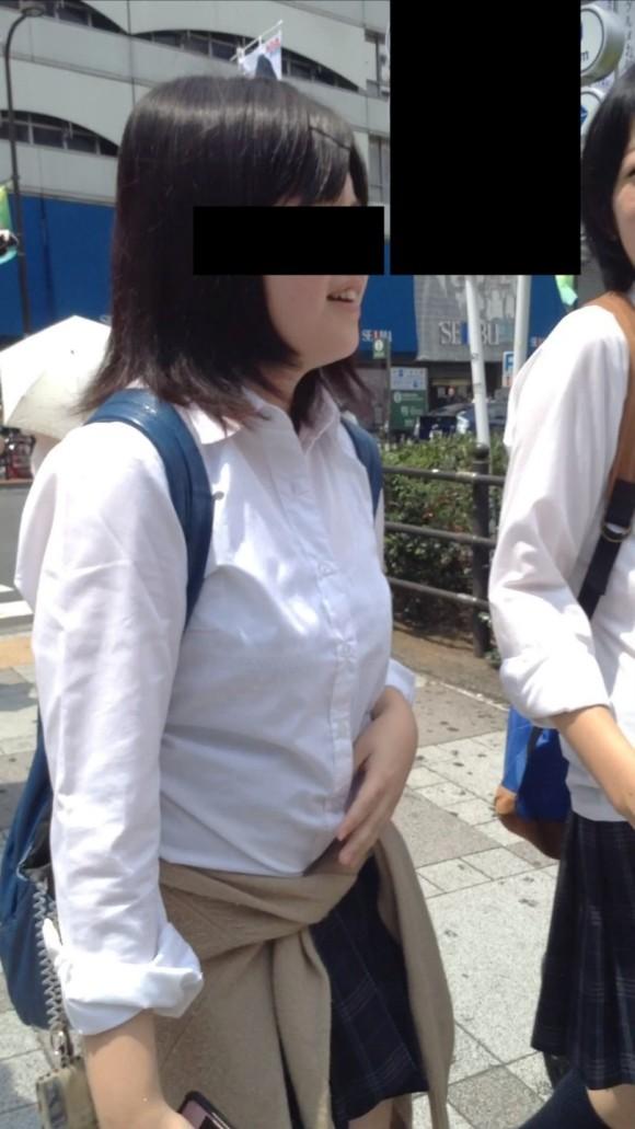 女子校生の制服がもっこりしてる街撮り着衣の巨乳おっぱいエロ画像 323