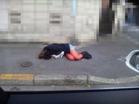 泥酔して道端に倒れこんでやらかしてる素人娘のエロ画像 3272