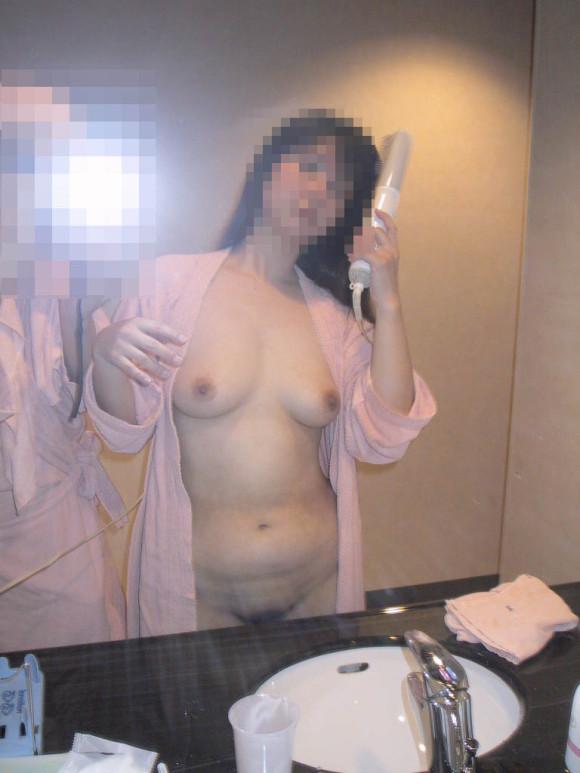 鏡越しにセフレや彼女や奥さんとのセックスをハメ撮りしてる素人エロ画像 329