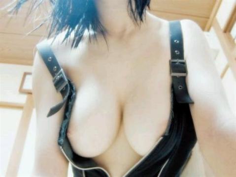 顔を挟んでパフパフしてもらいたい素人娘の巨乳おっぱいエロ画像 35