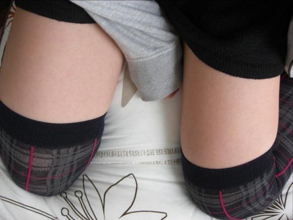 絶対領域がセクシーなニーソを履いた素人娘のエロ画像 3511