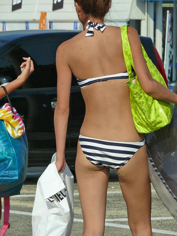 どの娘で抜くか目移りするほどいやらしい夏のビーチではしゃく素人娘のビキニエロ画像 3534