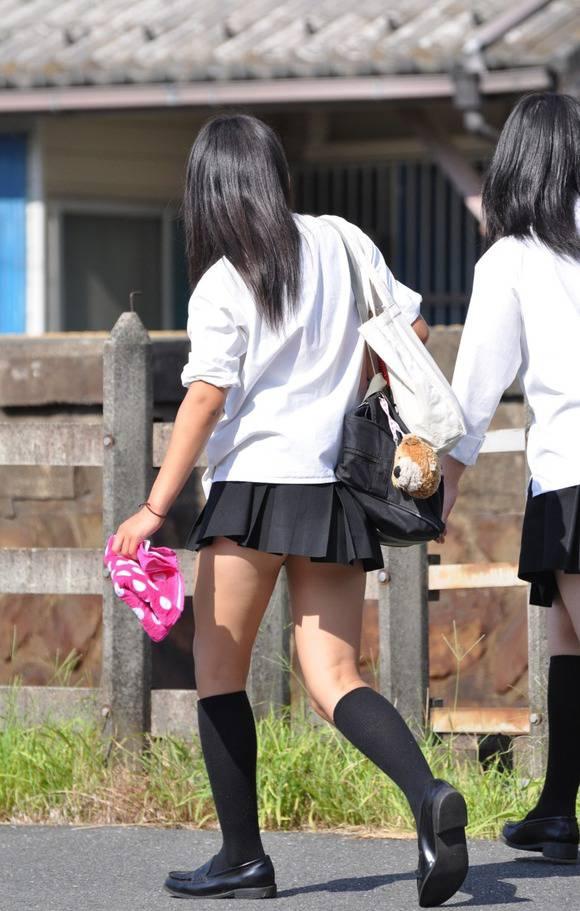 見てるだけで鼻息が荒くなってくる素人女子校生の太ももエロ画像 3540