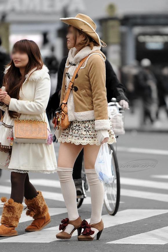いつもチラ見しか出来ない素人おっぱいとか太ももの街撮りエロ画像 3551