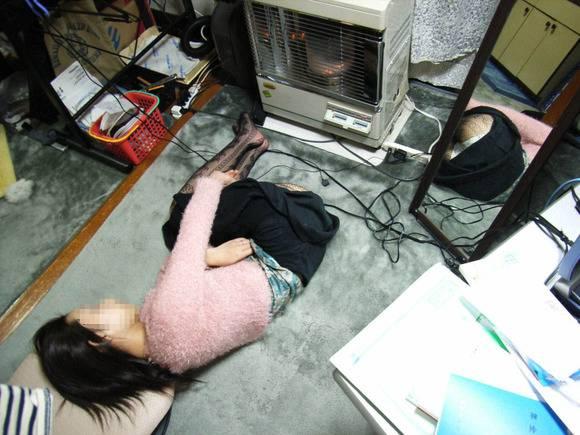 室内で気を許した素人娘がだらしない感じになっちゃてるエロ画像 364