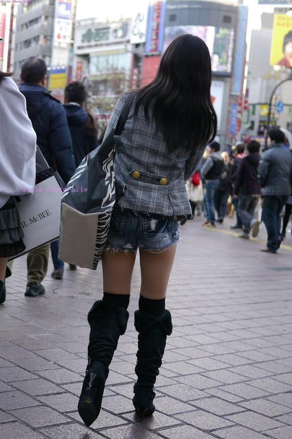 いつもチラ見しか出来ない素人おっぱいとか太ももの街撮りエロ画像 3739