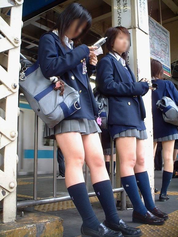 見てるだけで鼻息が荒くなってくる素人女子校生の太ももエロ画像 3829