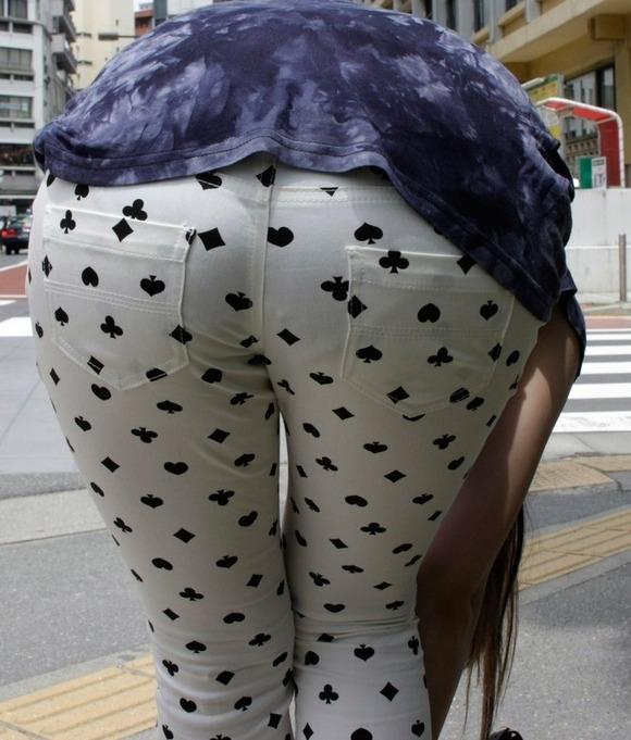 街撮りされたお姉さんのパンティーラインが透けてるお尻の素人エロ画像 3921