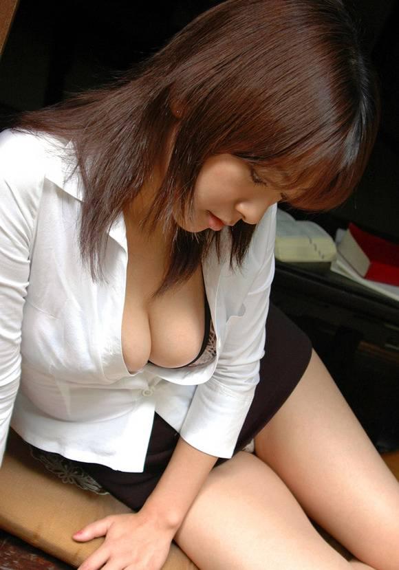 妙に興奮する素人娘の胸チラおっぱいのエロ画像 423
