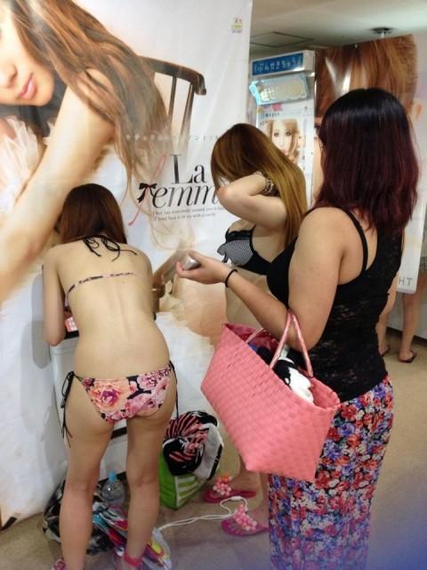 素人の乳房が見放題なビキニギャルのエロ画像 43