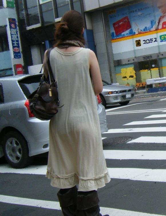 街撮りされたお姉さんのパンティーラインが透けてるお尻の素人エロ画像 446