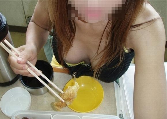 乳房の膨らみから乳首の色や形を想像したくなる素人の胸チラエロ画像 498