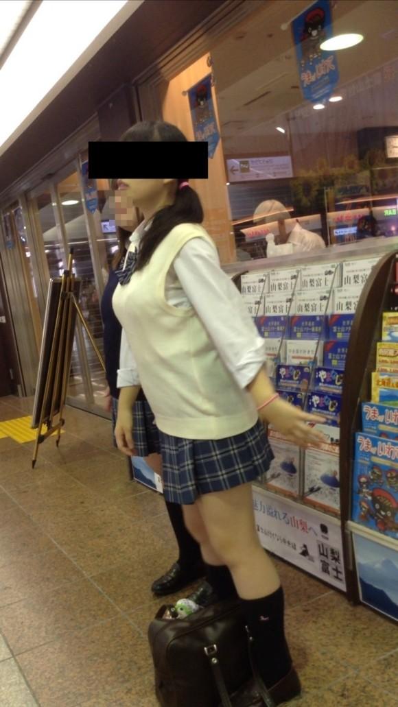 女子校生の制服がもっこりしてる街撮り着衣の巨乳おっぱいエロ画像 513