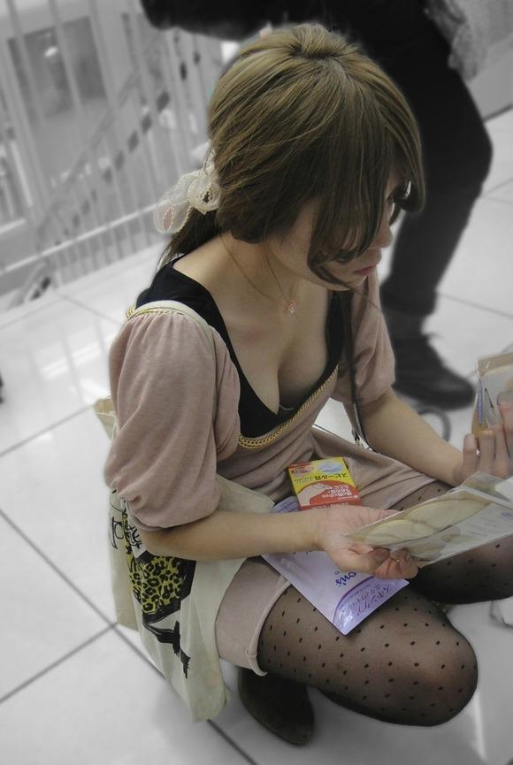 乳首が見えそうで見えない感じがそそる素人の街撮り胸チラエロ画像 526